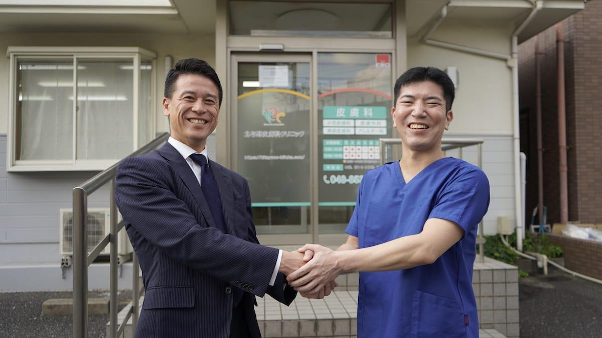 岸隆行先生とメディカルプラス 代表との握手